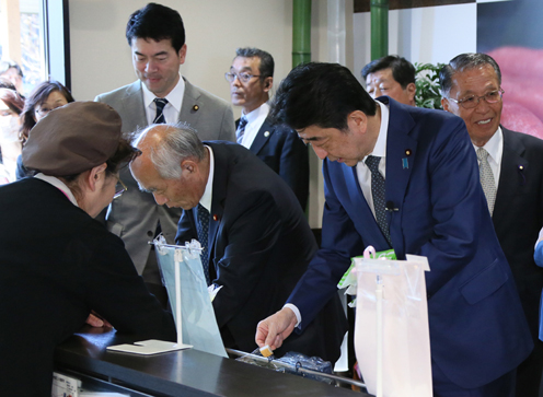 Photograph of the Prime Minister visiting a commercial area in Onagawa Town (2)