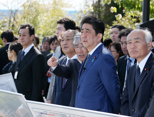 Photograph of the Prime Minister visiting the planned site for the Ishinomaki-minamihama Tsunami Memorial Park (1)