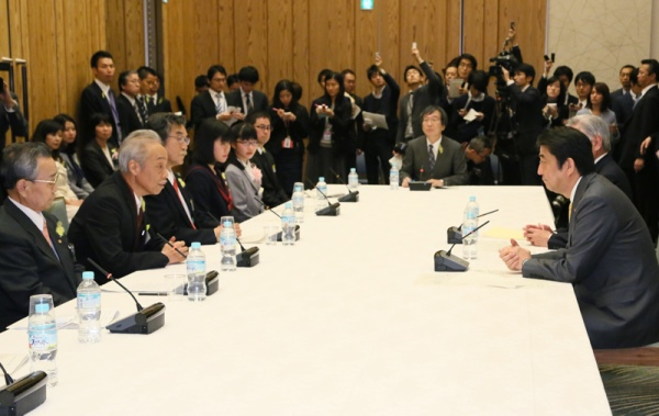 Photograph of the Prime Minister exchanging views with participants