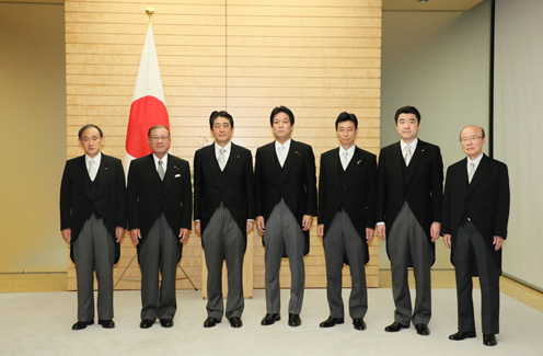 Photograph of the commemorative photograph session among the Prime Minister, Special Advisors to the Prime Minister, and others