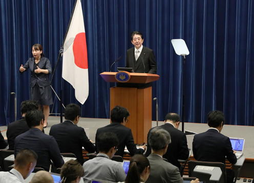 Photograph of the Prime Minister holding a press conference (2)