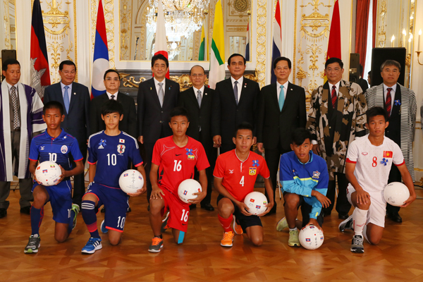 Photograph of the ceremony to award commemorative gifts to soccer teams