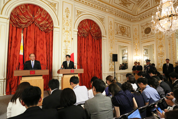 Photograph of the joint press announcement (2)
