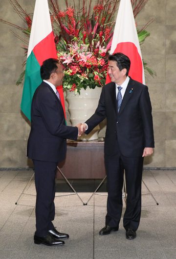 Photograph of the Prime Minister welcoming the President of Madagascar (1)