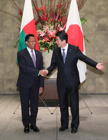 Photograph of the Prime Minister welcoming the President of Madagascar (2)