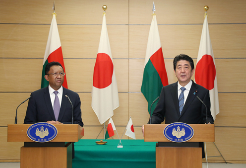 Photograph of the joint press announcement (1)