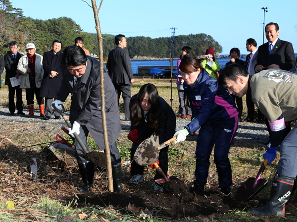 Photograph of the Prime Minister participating in tree planting activities for Sakura Line 311 (1)