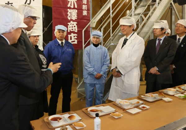 Photograph of the Prime Minister visiting a soy sauce brewing plant (1)