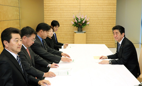 Photograph of the Prime Minister receiving the proposal (2)