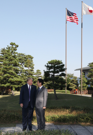 Photograph of the Prime Minister welcoming the President of the United States (1)