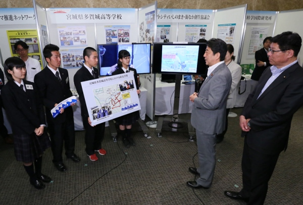 Photograph of the Prime Minster interacting with students from Miyagi Prefectural Tagajo High School