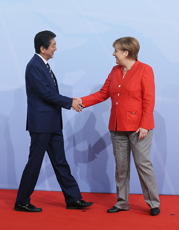 Photograph of the Prime Minister being welcomed by the Chancellor of Germany