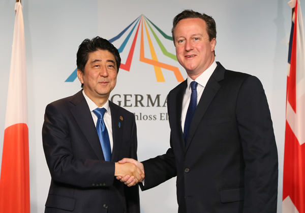 Photograph of the Prime Minister shaking hands with the Prime Minister of the United Kingdom