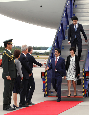 Photograph of the Prime Minister arriving in Sweden
