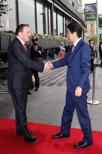 Photograph of the Prime Minister being welcomed by the Prime Minister of Sweden