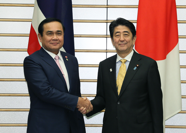 Photograph of Prime Minister Abe shaking hands with the Prime Minister of Thailand