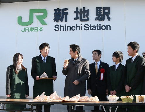 Photograph of the Prime Minister meeting with students from Shinchi High School
