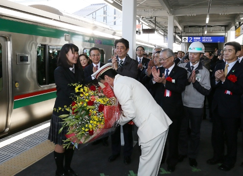 Photograph of the Prime Minister attending the presentation of a bouquet on a platform in JR Shinchi Station