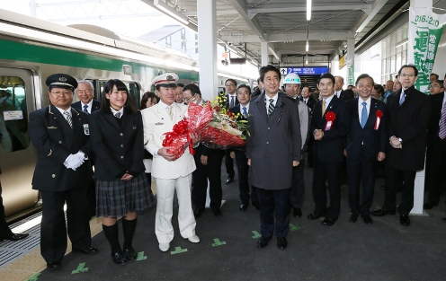Photograph of the commemorative photograph session on a platform in JR Shinchi Station
