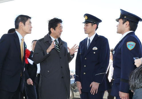 Photograph of the Prime Minister meeting with local police officers at the JR Shinchi Station square