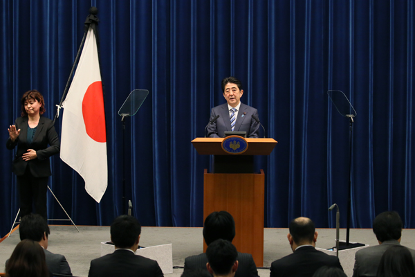 Photograph of the Prime Minister holding the press conference (4)