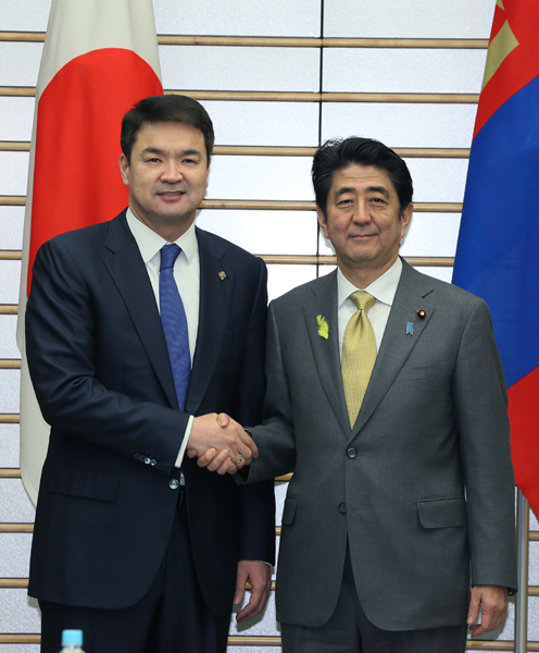 Photograph of Prime Minister Abe shaking hands with the Prime Minister of Mongolia