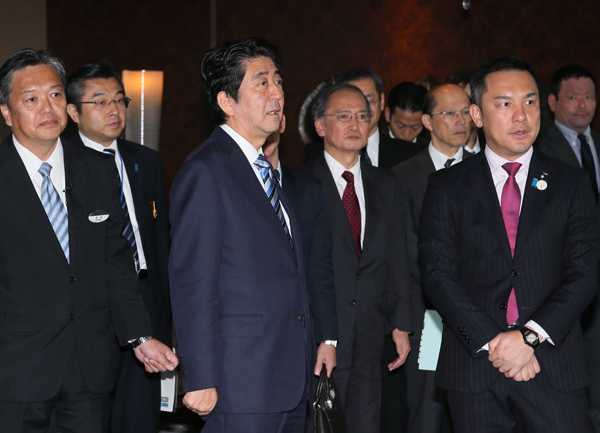 Photograph of the Prime Minister visiting the planned site for the Ise-Shima Summit (2)