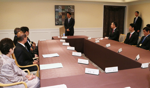 Photograph of the Prime Minister encouraging local supporters from Mie Prefecture (1)