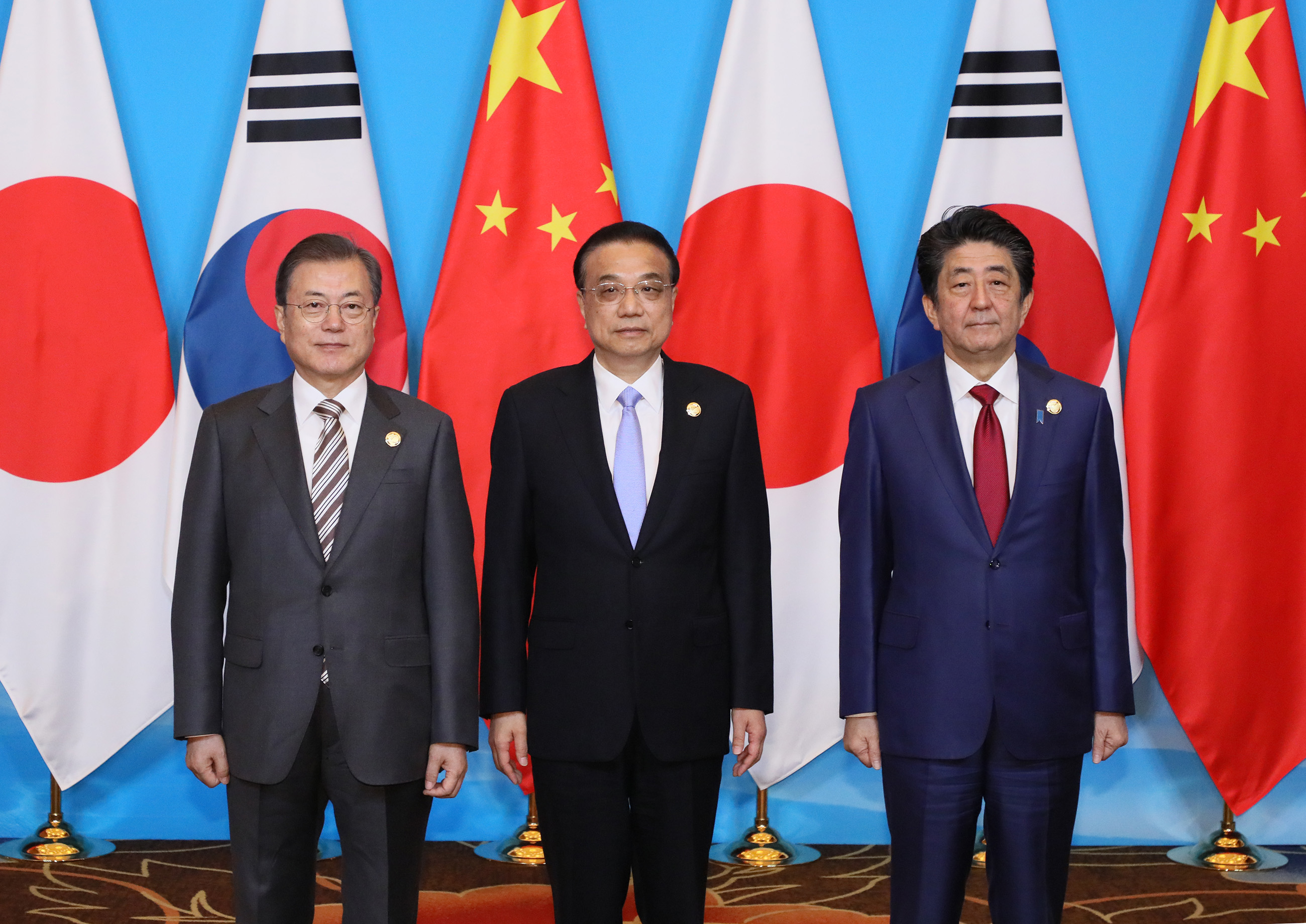 Photograph of the commemorative photograph session at the Japan-China-ROK Trilateral Summit Meeting (1)