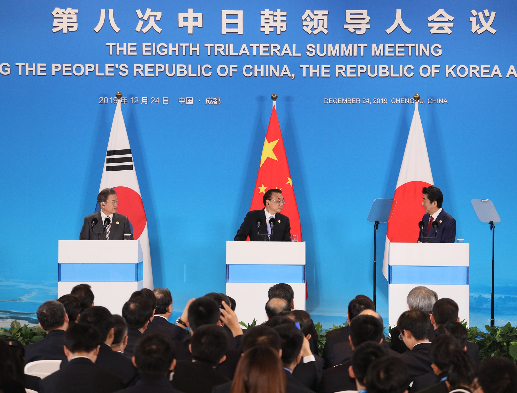 Photograph of the Japan-China-ROK joint press announcement (1)