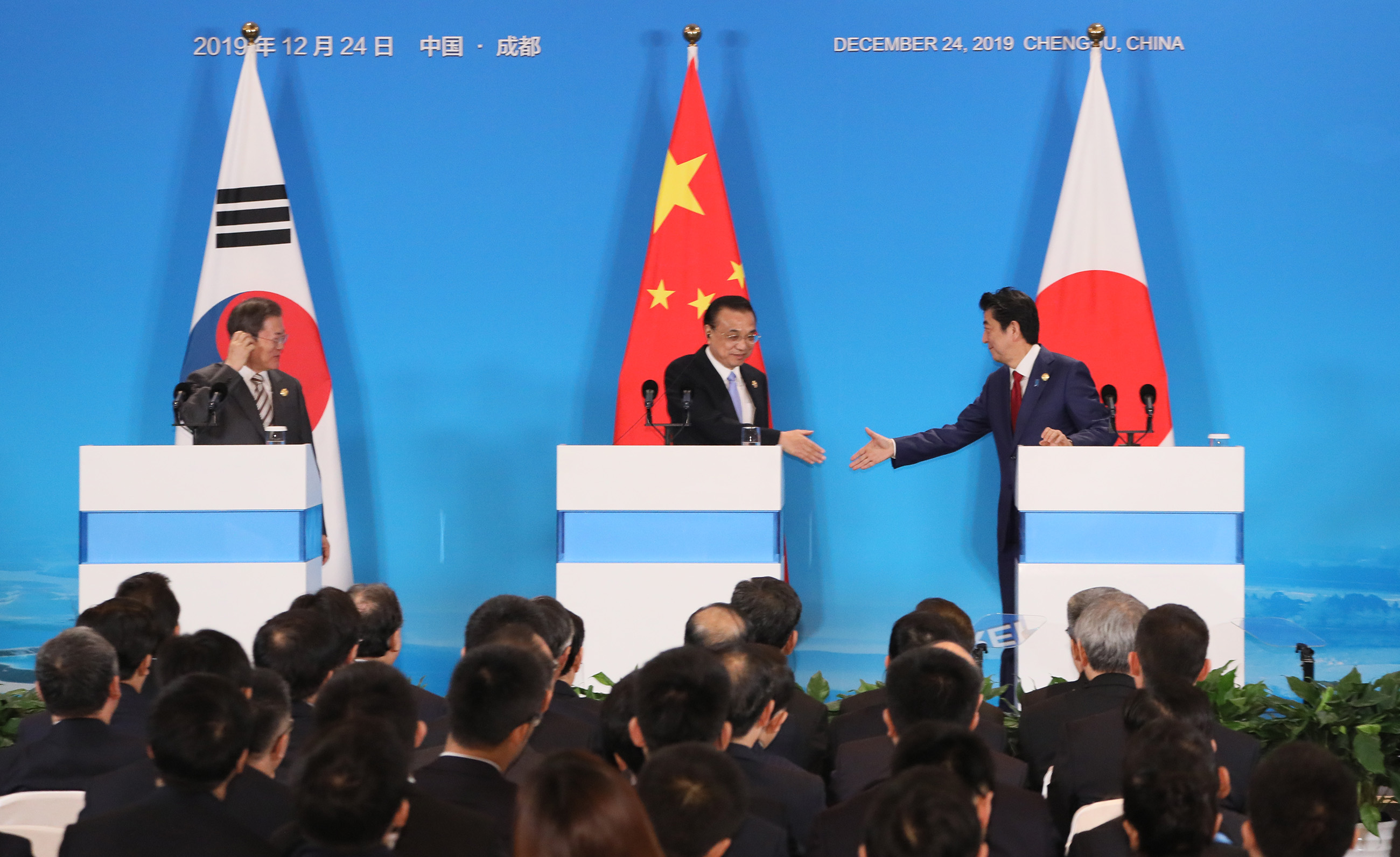 Photograph of the leaders of Japan and the ROK shaking hands (1)