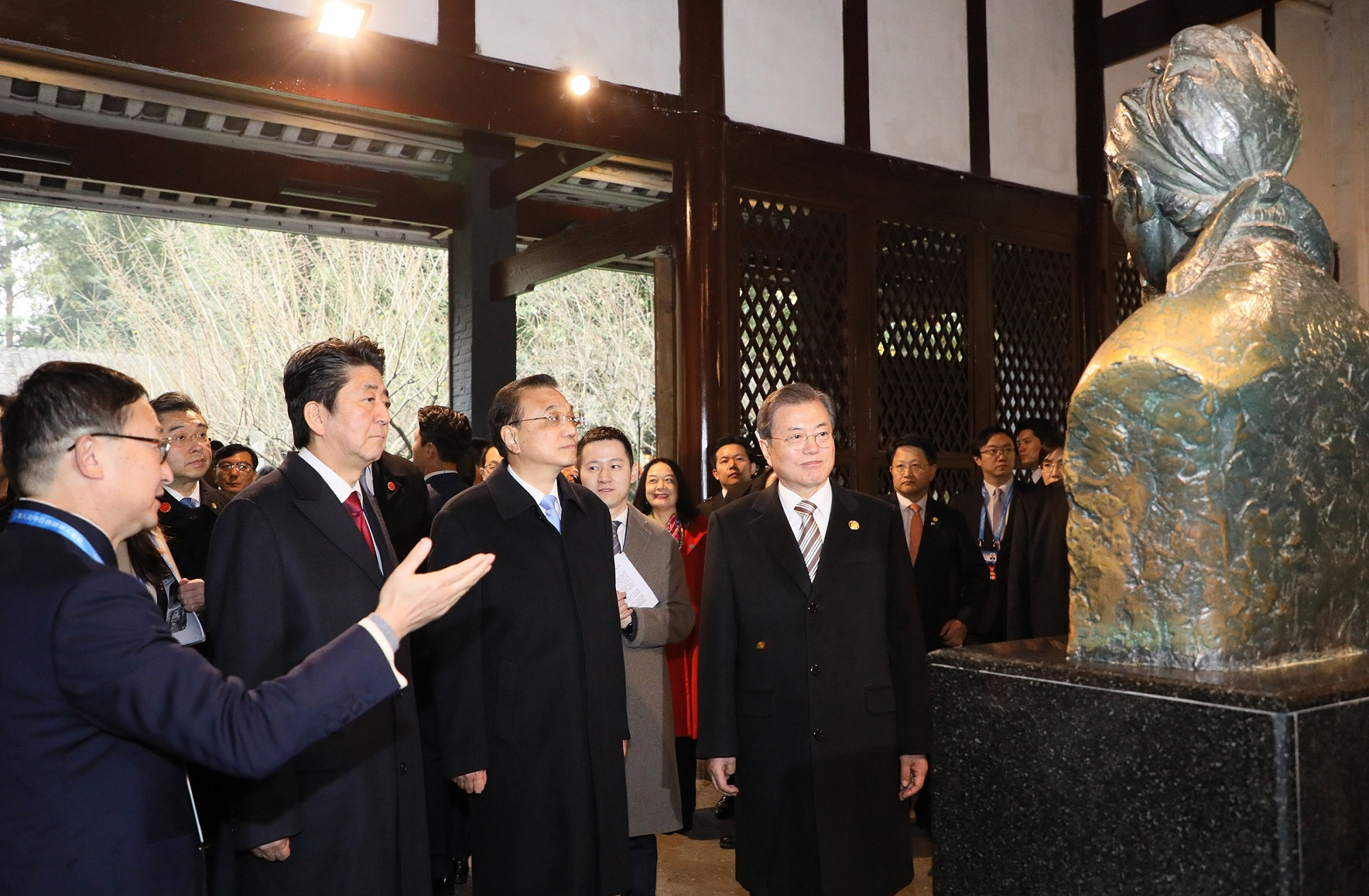 Photograph of the Prime Minister attending the ceremony to commemorate the 20th anniversary of Japan-China-ROK trilateral cooperation (2)