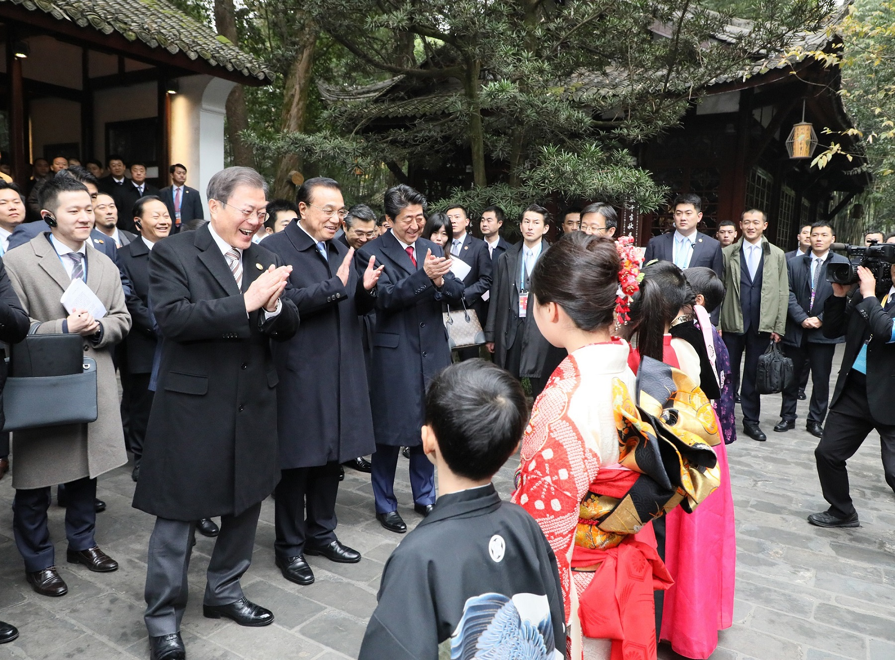Photograph of the Prime Minister attending the ceremony to commemorate the 20th anniversary of Japan-China-ROK trilateral cooperation (3)
