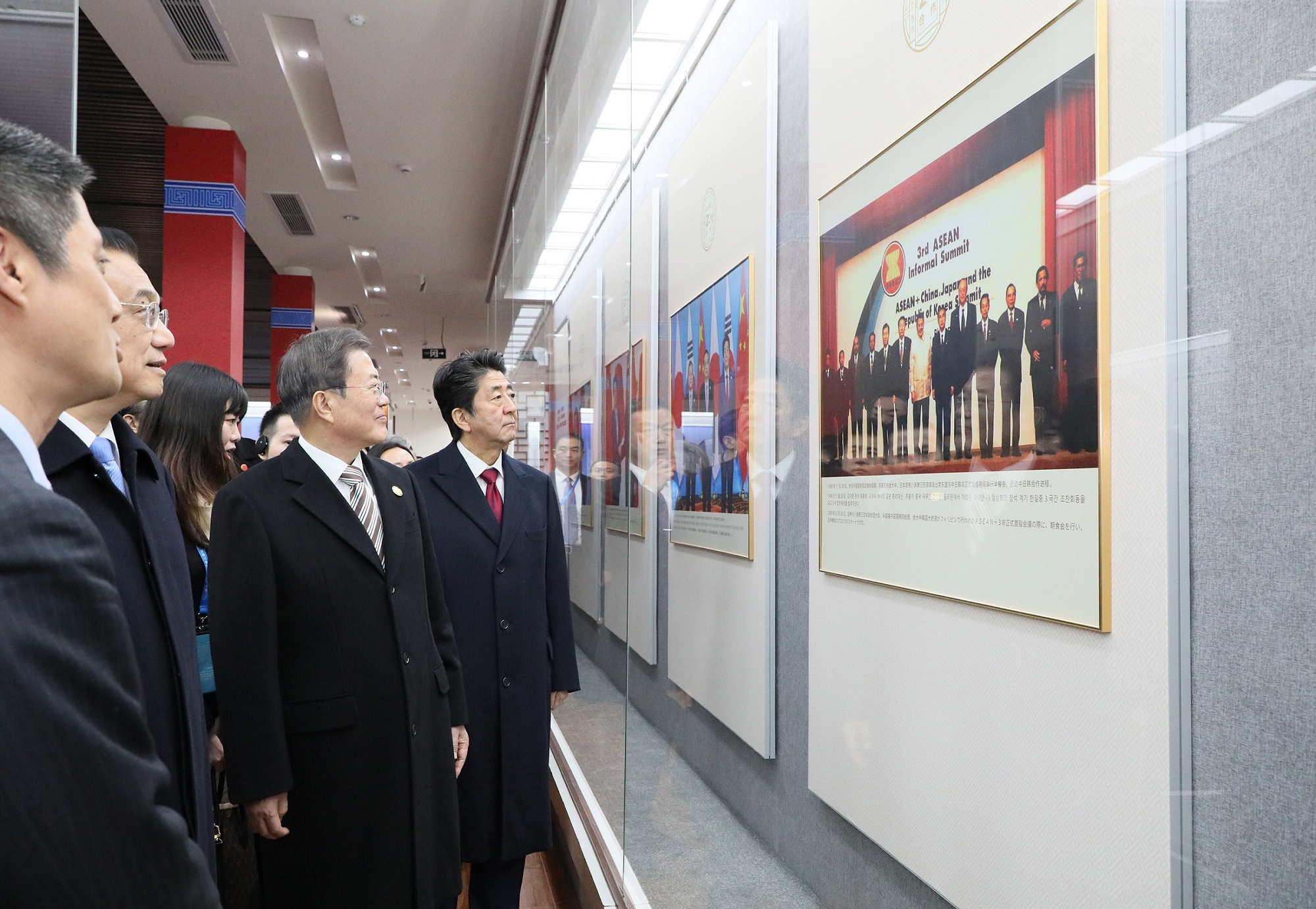 Photograph of the Prime Minister attending the ceremony to commemorate the 20th anniversary of Japan-China-ROK trilateral cooperation (9)