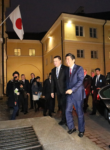 Photograph of the Prime Minister being welcomed by the Prime Minister of Estonia (2)