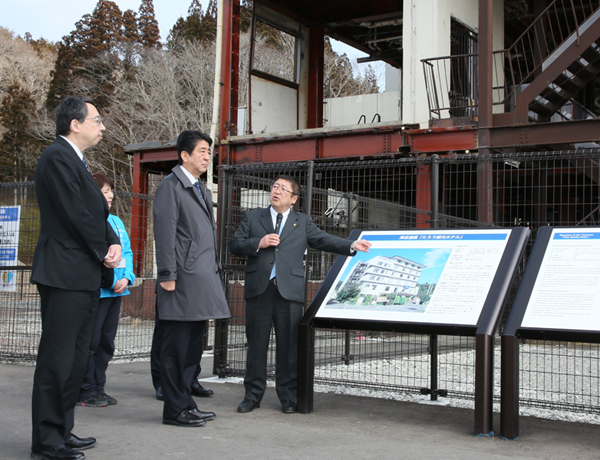 Photograph of the Prime Minister visiting a site where the damages from the Great East Japan Earthquake have been preserved