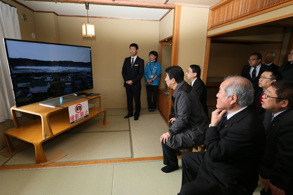 Photograph of the Prime Minister watching a video of the tsunami at the site where the damages from the Great East Japan Earthquake have been preserved