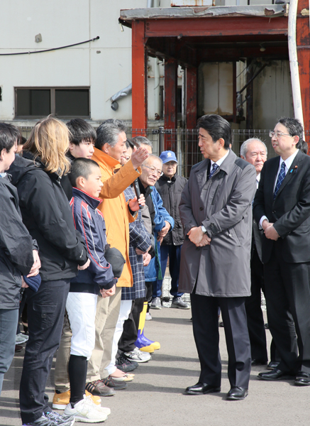 Photograph of the Prime Minister visiting a site where the damages from the Great East Japan Earthquake have been preserved (2)