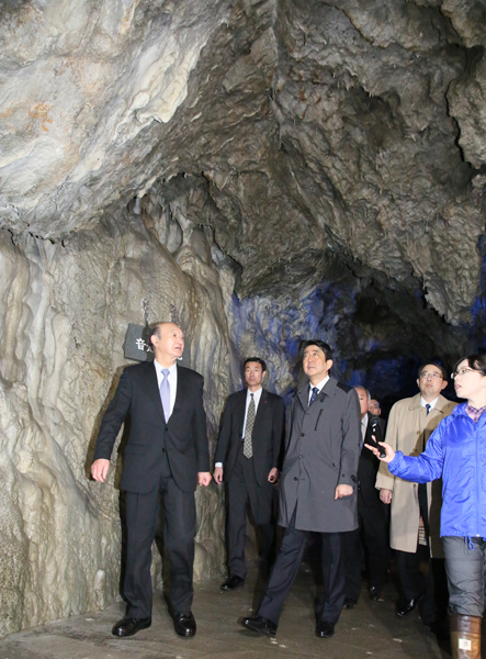 Photograph of the Prime Minister visiting Ryusen-do Cave