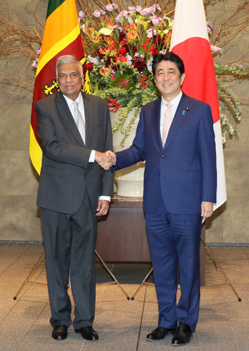 Photograph of Prime Minister Abe welcoming the Prime Minister of Sri Lanka
