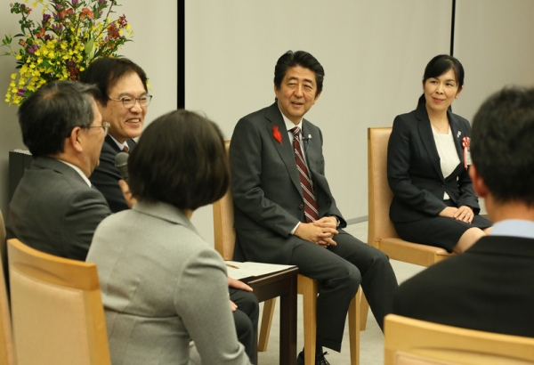 Photograph of the Prime Minister exchanging views with participants (1)