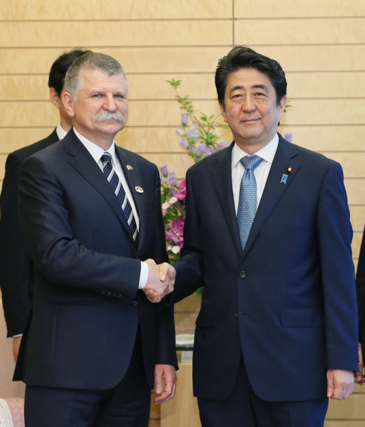 Photograph of Prime Minister Abe shaking hands with the Speaker of the National Assembly of Hungary