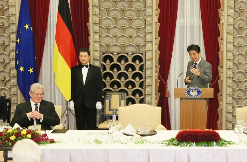 Photograph of the Prime Minister delivering an address at the banquet hosted by the Prime Minister and Mrs. Abe