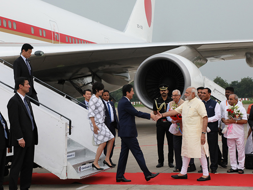 Photograph of Prime Minister Abe and Mrs. Abe being welcomed by the Prime Minister of India (1)