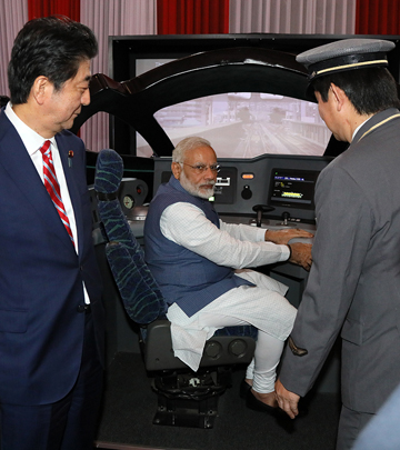 Photograph of both leaders observing a Shinkansen simulator (1)