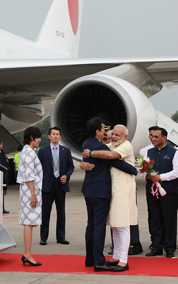 Photograph of Prime Minister Abe and Mrs. Abe being welcomed by the Prime Minister of India (2)