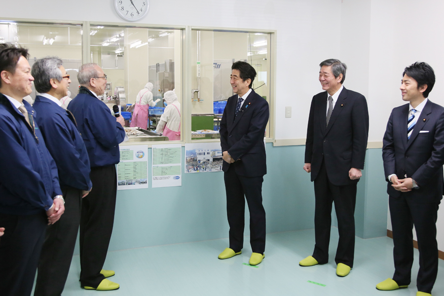 Photograph of the Prime Minister visiting a fishery processing plant (1)