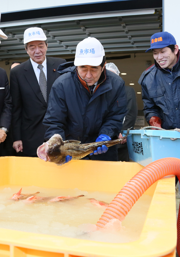 Photograph of the Prime Minister visiting a fish market (1)