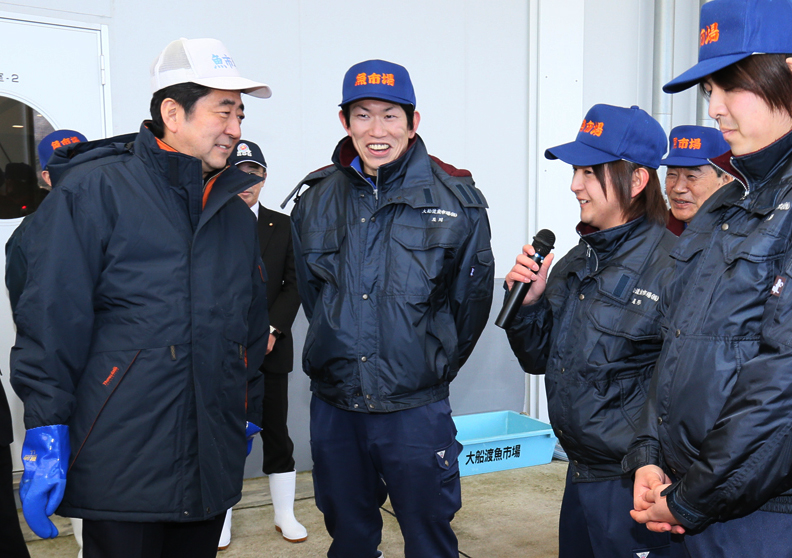 Photograph of the Prime Minister visiting a fish market (2)