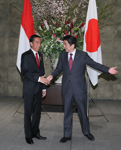 Photograph of Prime Minister Abe welcoming the President of Indonesia